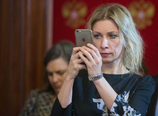Zacharovová ukázala uniformu diplomatky - Sputnik Česká republika