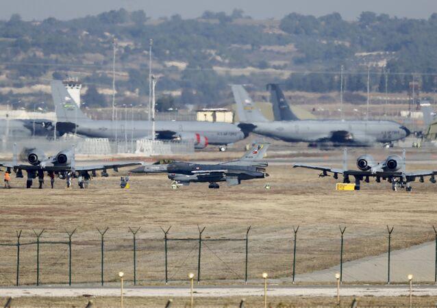 Turecká letadla na základně Incirlik