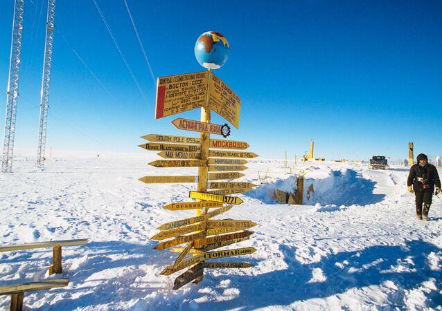 Ukazatele na sloupech ukazují, kolik kilometrů odděluje Antarktidu od největších světových měst