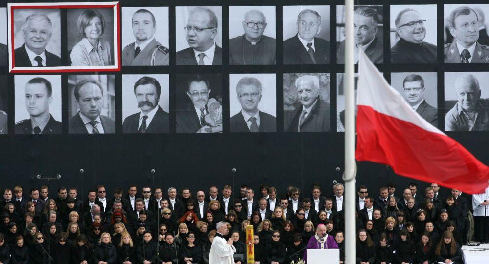 Upomínkový obřad na Piłsudského náměstí ve Varšavě pro oběti letecké katastrofy u Smolensku, 17. dubna 2010.