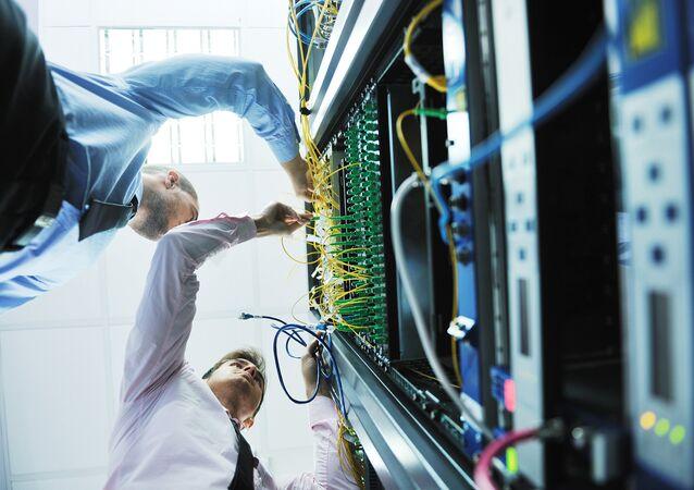 Inženýři v serverové místnosti