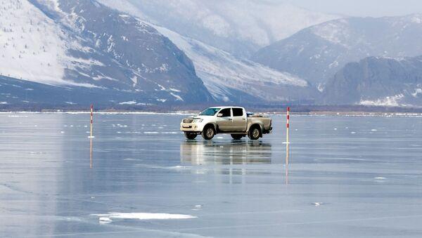 Auto na zmrzlém Bajkalu - Sputnik Česká republika