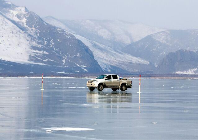 Auto na zmrzlém Bajkalu