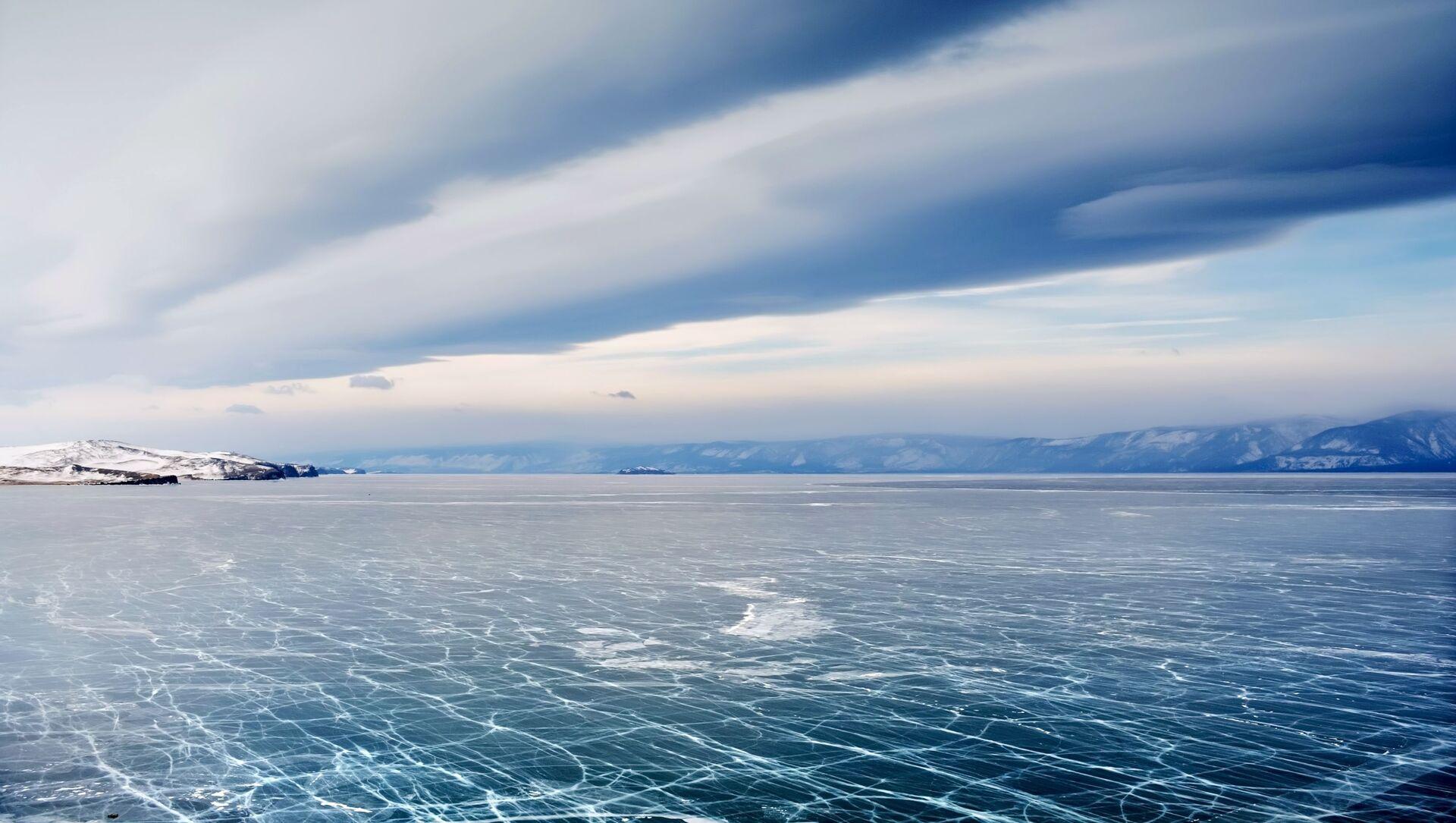 Bajkal v zimě není jen největší ledové kluziště na světě, ale i magické zrcadlo ozdobené krami a trhlinami - Sputnik Česká republika, 1920, 03.04.2021