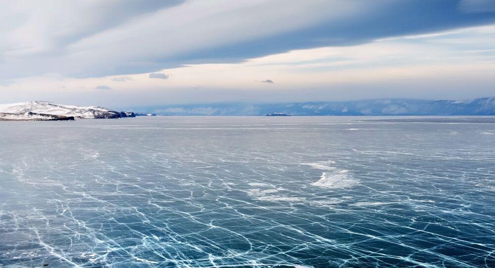 Bajkal v zimě není jen největší ledové kluziště na světě, ale i magické zrcadlo ozdobené krami a trhlinami