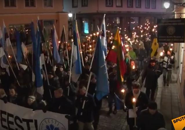 Ódinovi vojáci pochodovali s pochodněmi nočním Tallinem