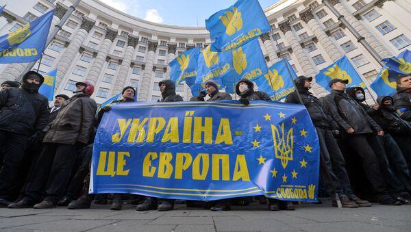Protestní akce v Kyjevě, lidé drží transparent s nápisem Ukrajina je Evropa. Archivní foto - Sputnik Česká republika
