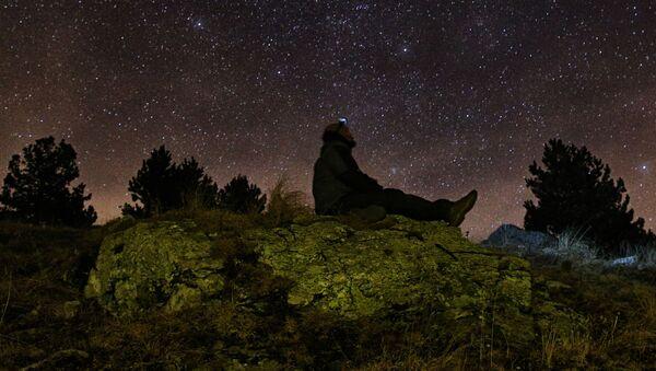 Muž se dívá  na hvězdy - Sputnik Česká republika