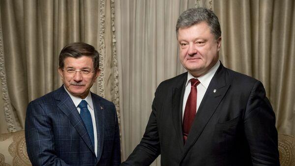 Ahmet Davutoglu a Petro Porošenko - Sputnik Česká republika