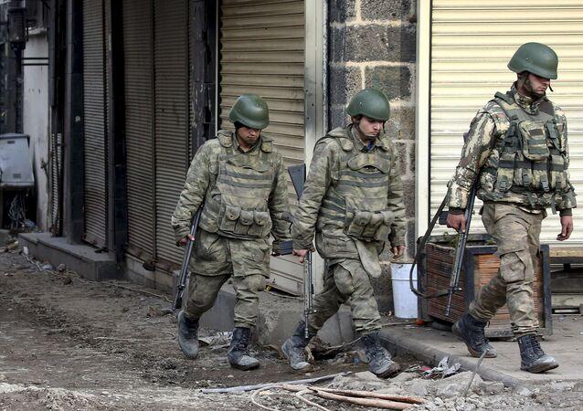 Turečtí vojáci v obvodě Sur města Diyarbakır