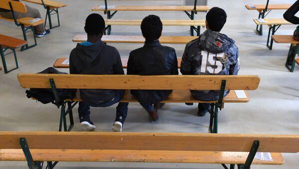 Migranti čekají na vyučovací hodiny pro uprchlíky v Mnichově - Sputnik Česká republika
