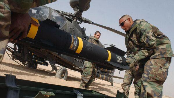 Američtí vojáci nesou protitankovou řízenou střelu Hellfire - Sputnik Česká republika