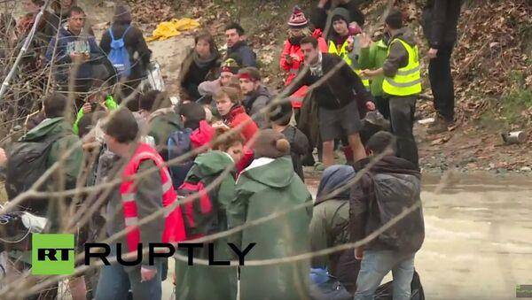 Utečenci se pokoušejí překročit řeku na řecko–makedonské hranici - Sputnik Česká republika