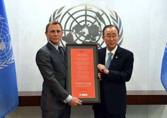 Britský herec Daniel Craig a generální tajemník OSN Pan Ki-mun