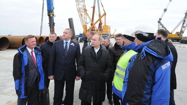 Vladimir Putin na staveništi Kerčského mostu - Sputnik Česká republika