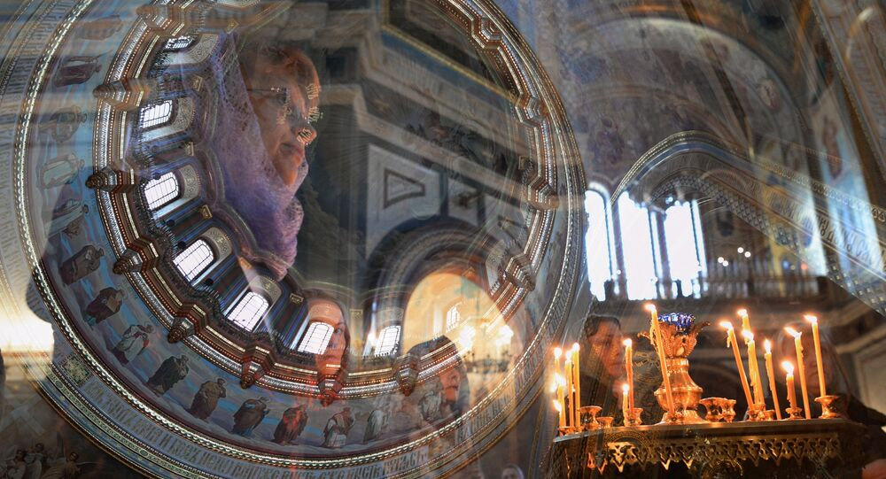 Věřící v Chrámu Krista Spasitele v Moskvě