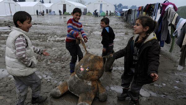 Děti si hrají v uprchlickém táboře na řecko-makedonské hranici - Sputnik Česká republika