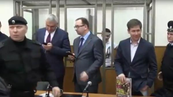 Naděžda Savčenková zpívá u soudu během vyhlášení trestu - Sputnik Česká republika