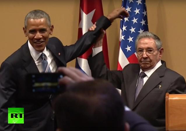 Raúl Castro nedovolil Baracku Obamovi, aby ho poplácal po rameni