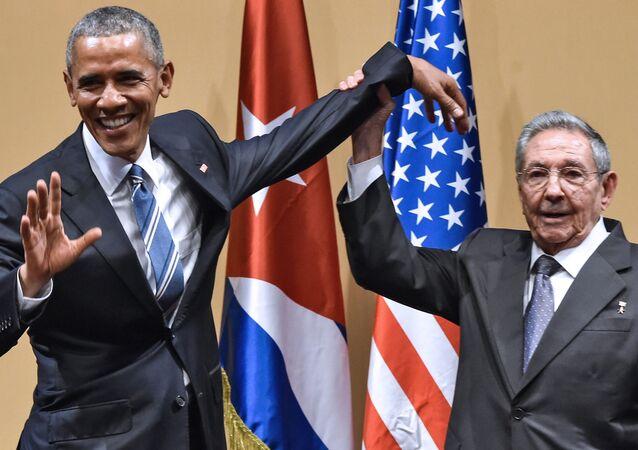 Prezident USA Barack Obama a kubánský prezident Raúl Castro v Havaně