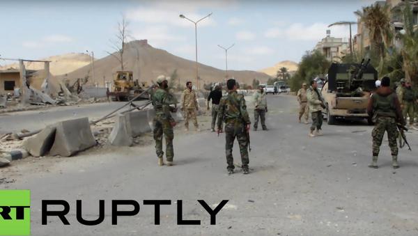Syrští vojáci si hrají s míčem v ulicích Palmýry osvobozené od ozbrojenců - Sputnik Česká republika
