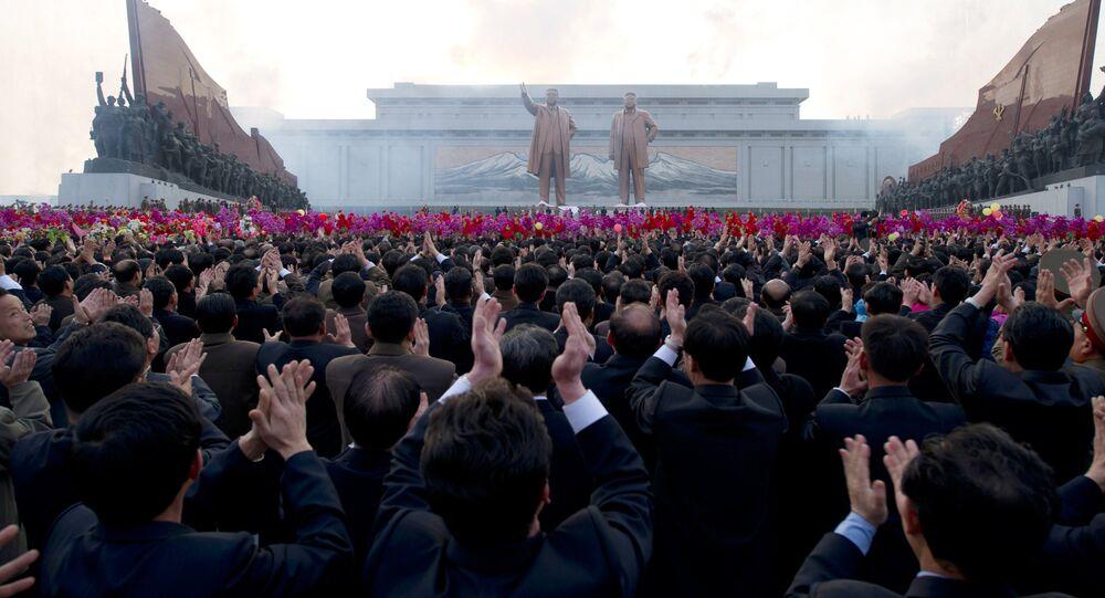 Pomník Kim Ir-sena a Kim Čong-li v Pchjongjangu