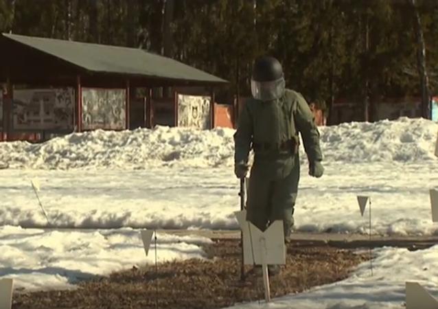 Ruští pyrotechnici trénují zneškodnění min před odjezdem do Palmýry