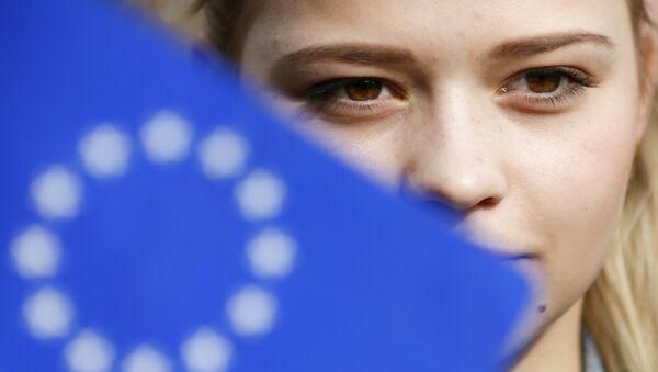 Žena se účastní flash mobu na podporu asociační dohody mezi Evropskou unií a Ukrajinou, Kyjev - Sputnik Česká republika