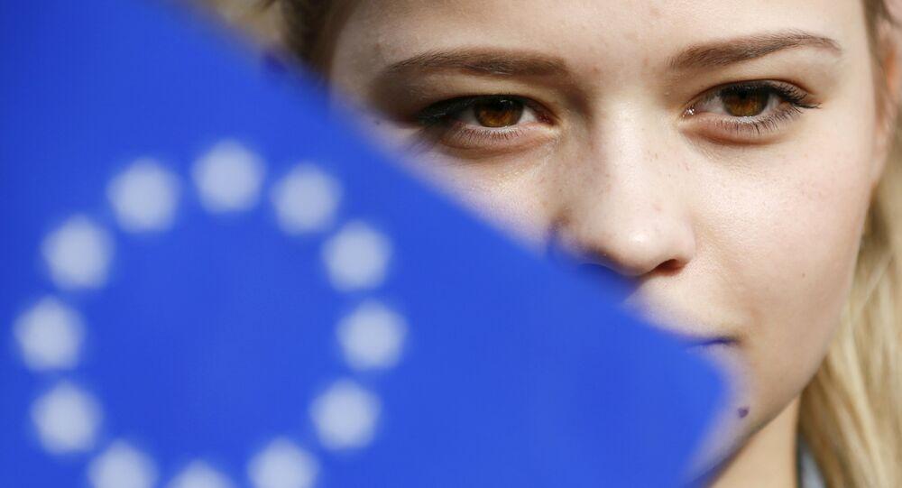 Žena se účastní flash mobu na podporu asociační dohody mezi Evropskou unií a Ukrajinou, Kyjev