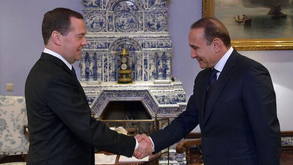 Premiér Arménie Hovik Abrahamian a Dmitrij Medveděv - Sputnik Česká republika