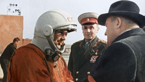 Poté, co dostal ponaučení od hlavního konstruktéra Sergeje Koroljova, Gagarin ve výtahu vystoupal ke kosmické lodi, která se nacházela na samém vrcholu téměř 39 metrového raketového nosiče Vostok - Sputnik Česká republika