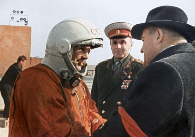 Poté, co dostal ponaučení od hlavního konstruktéra Sergeje Koroljova, Gagarin ve výtahu vystoupal ke kosmické lodi, která se nacházela na samém vrcholu téměř 39 metrového raketového nosiče Vostok