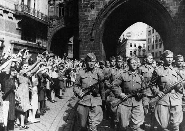 Obyvatelé Prahy vítají vojáky československého armádního sboru