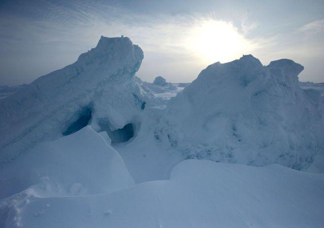 Ledovce vedle ruské výzkumné stanice «Severní pól-2015»