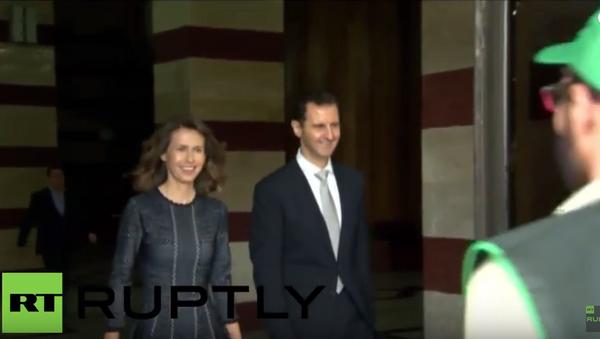 Asad s manželkou potřásli rukou Syřanům po hlasování v parlamentních volbách - Sputnik Česká republika