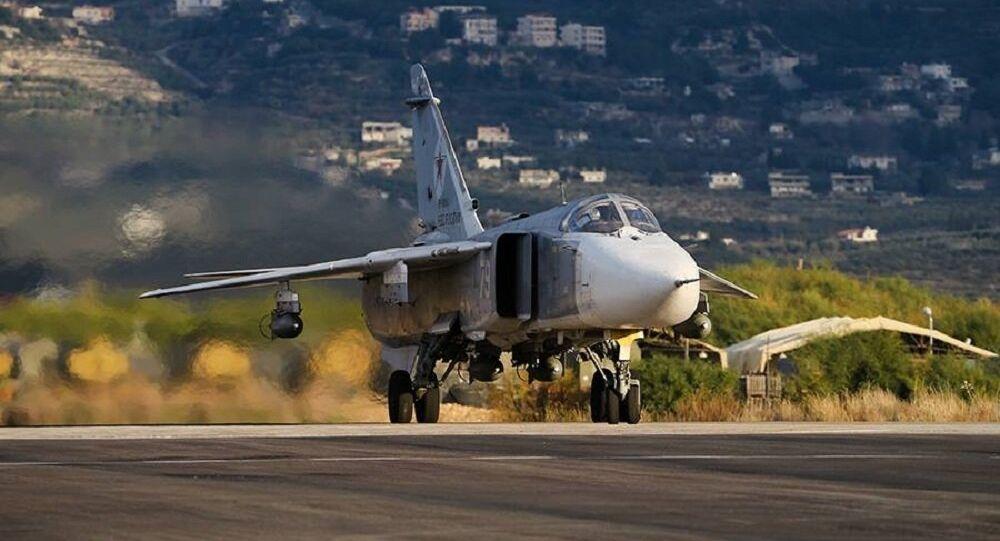 Ruský Su-24 startuje ze základny Hmeimim v Sýrii