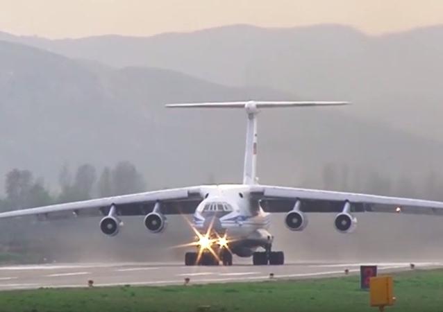 Letoun An-124-100 Ruslan převáží vrtulníky Mi-8AMTŠ Terminator do Tádžikistánu