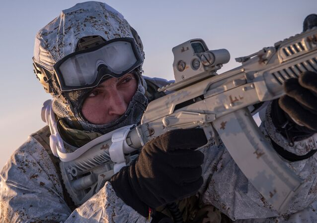 Příslušník čečenských speciálních jednotek během zimního cvičení