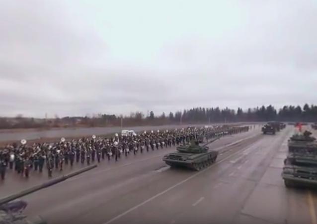Projeď se na tanku T-90 na zkoušce vojenské přehlídky ke Dni vítězství. Video 360 °