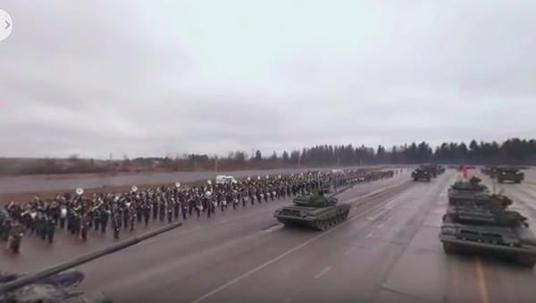 Projeď se na tanku T-90 na zkoušce vojenské přehlídky ke Dni vítězství. Video 360 ° - Sputnik Česká republika