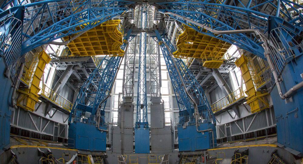Montování rakety Sojuz pro první vypuštění z kosmodromu Vostočnyj