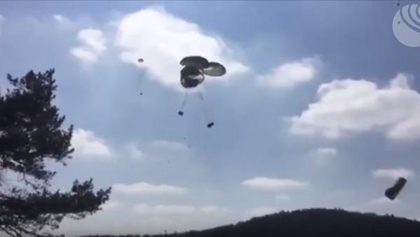 Výsadkáři USA rozbili tři obrněnce při výsadku ze vzduchu. VIDEO - Sputnik Česká republika