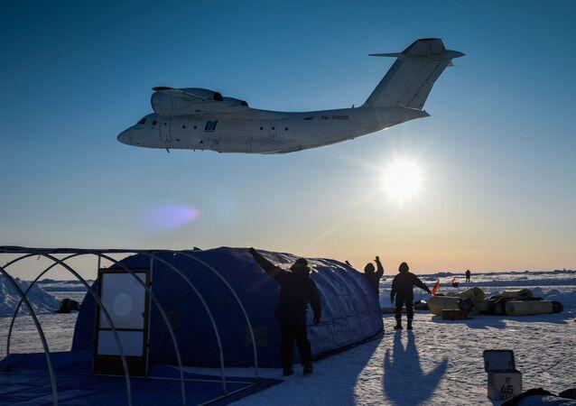 Základna Barneo na plovoucí ledové kře v Arktidě