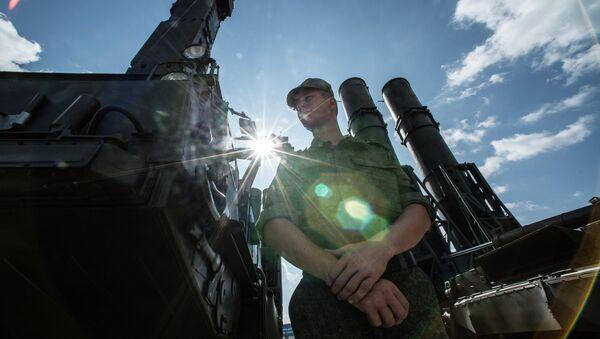 Ruský voják vedle raketového systému S-300 - Sputnik Česká republika