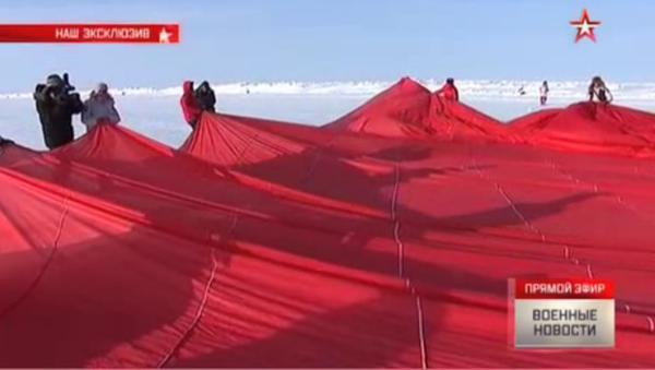 Ruští výsadkáři vztyčili kopii praporu Vítězství na Severním pólu - Sputnik Česká republika