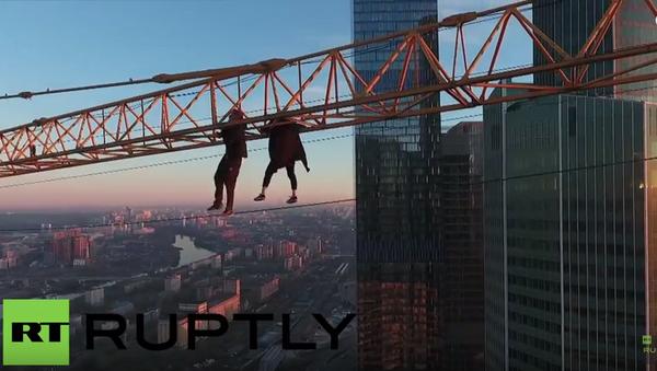 V nebezpečí života: rufeři v Moskvě vylezli na jeřáb na střeše mrakodrapu - Sputnik Česká republika