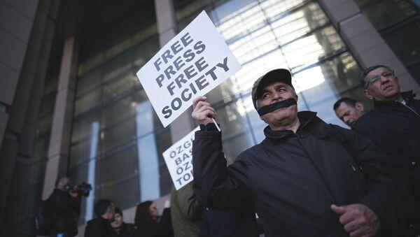 V Turecku byli odsouzeni opoziční novináři z listu Cumhuriyet - Sputnik Česká republika
