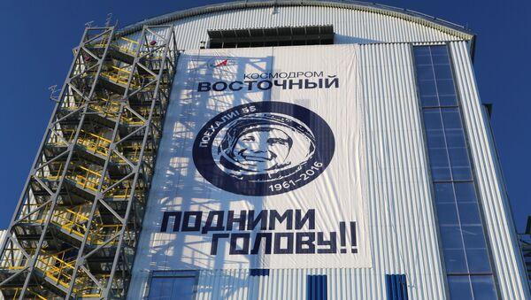 Mobilní věž obsluhy nosné rakety Sojuz-2.1a na kosmodromu Vostočnyj - Sputnik Česká republika