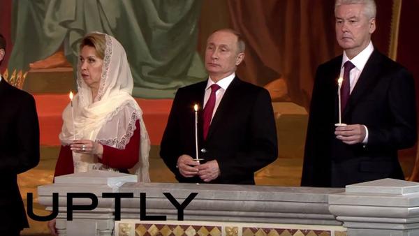 Dmitrij Medveděv, jeho manželka Svetlana, Vladimir Putin a Sergej Sobjanin během velikonoční mše - Sputnik Česká republika
