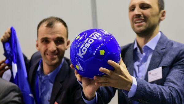 Delegace od Kosova slaví členství státu v UEFA - Sputnik Česká republika